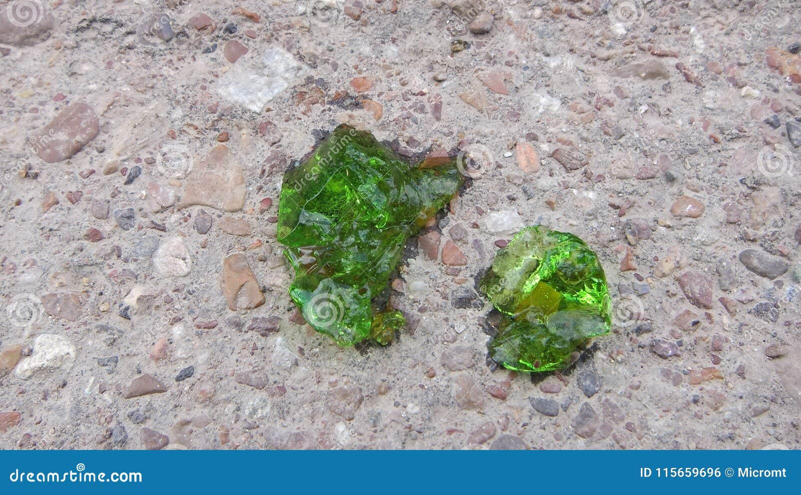 Sluit omhoog groen beeld over kristalprotoplasma met smaragdgroene kleur op de achtergrond van zand en grint, kristallisatie vree