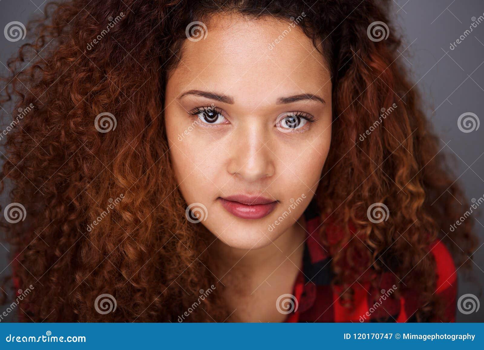 Sluit omhoog het jonge Spaanse vrouw staren