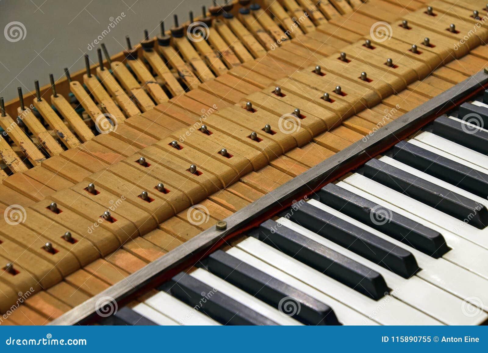 Sluit omhoog het oude uitstekende pianotoetsenbord stemmen