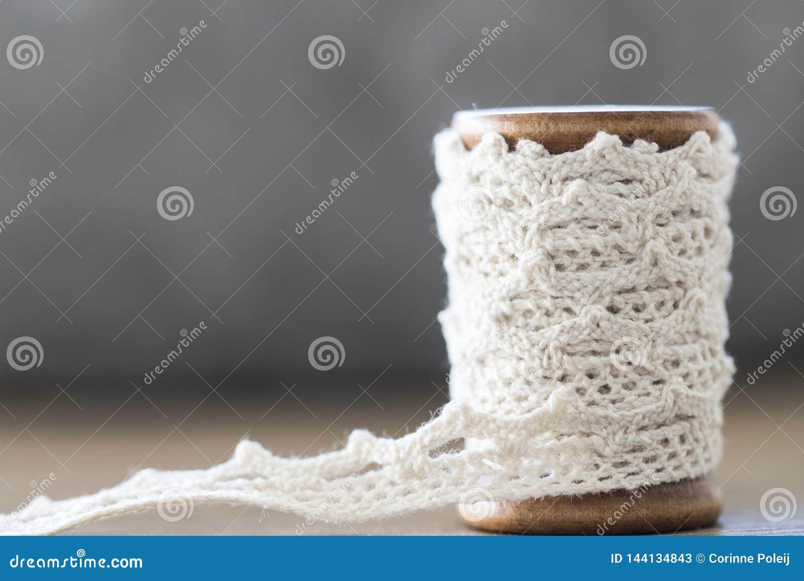 Sluit omhoog houten spoel met wit kant Ruimte voor tekst
