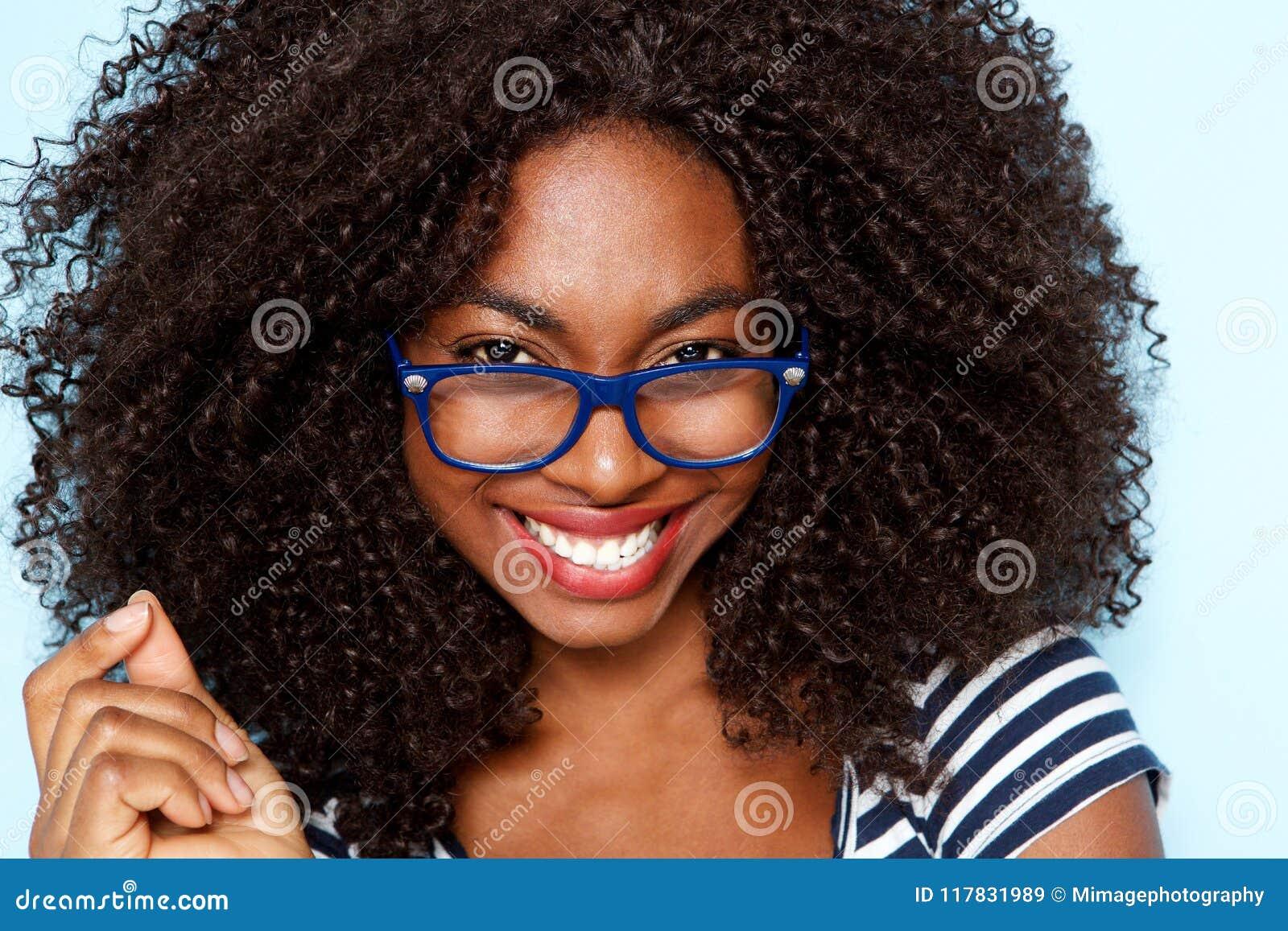Sluit omhoog jonge Afrikaanse Amerikaanse vrouw met krullend haar die glazen dragen