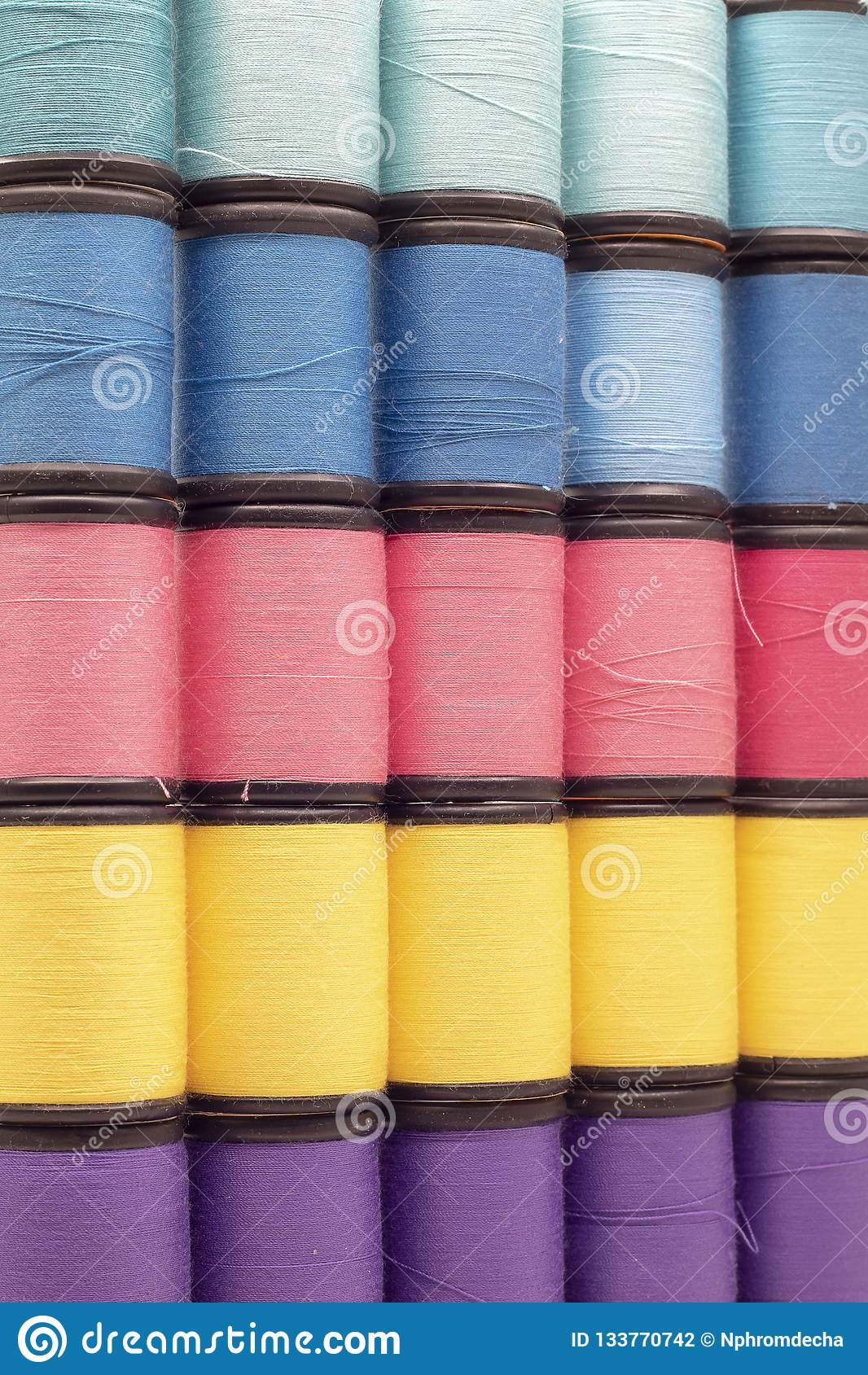 Sluit omhoog kleurrijke garens Achtergrond en textuur