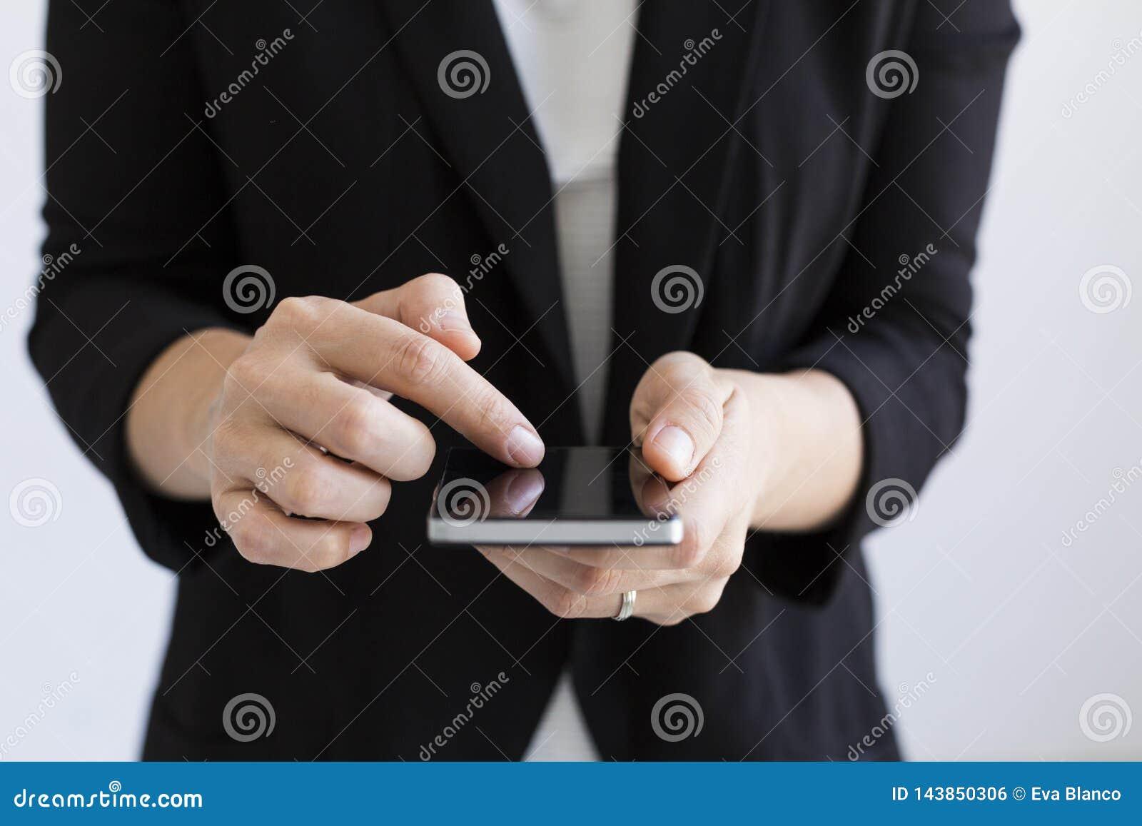 Sluit omhoog mening van bedrijfsvrouwenhanden typend op haar slimme telefoon binnen levensstijlen Witte achtergronden