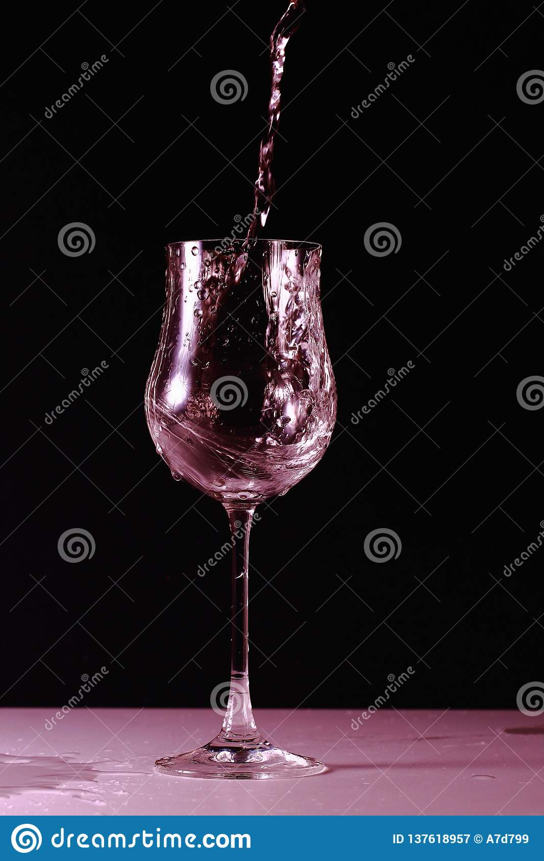 Sluit omhoog mening van bespatten van water in glas geïsoleerd in roze Mooie achtergronden