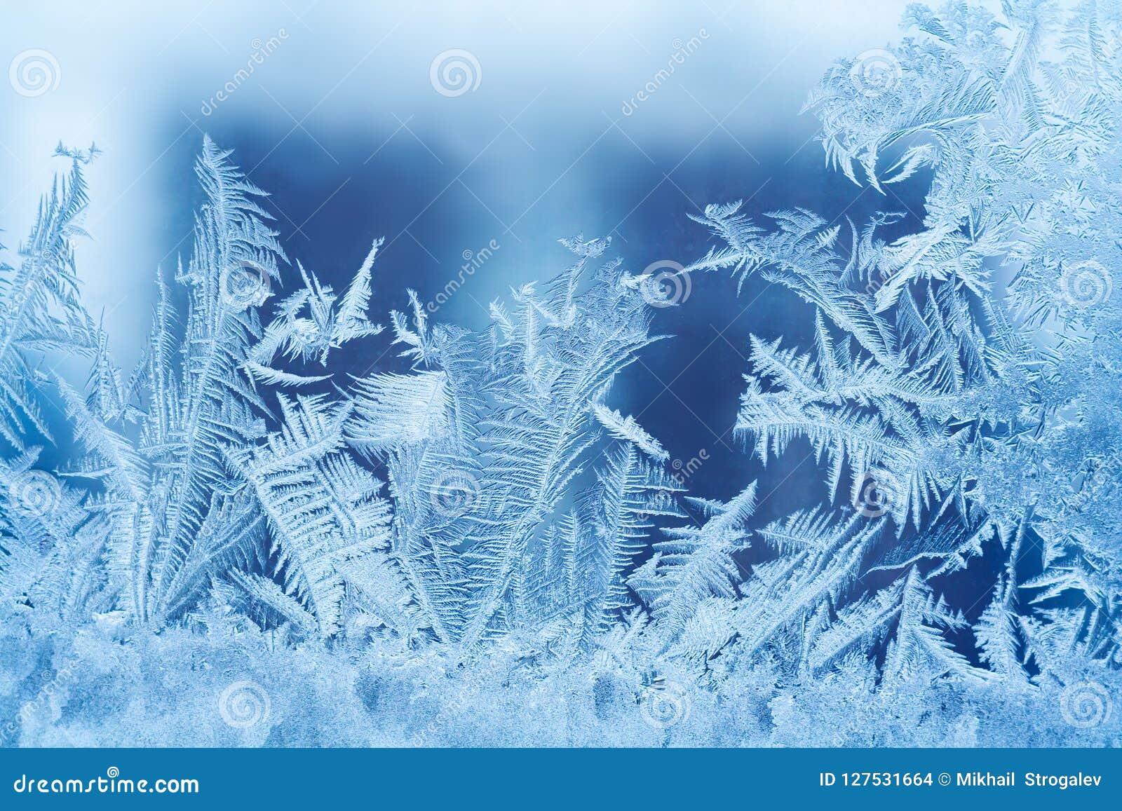 Sluit omhoog mening van een ijzig patroon op het glas
