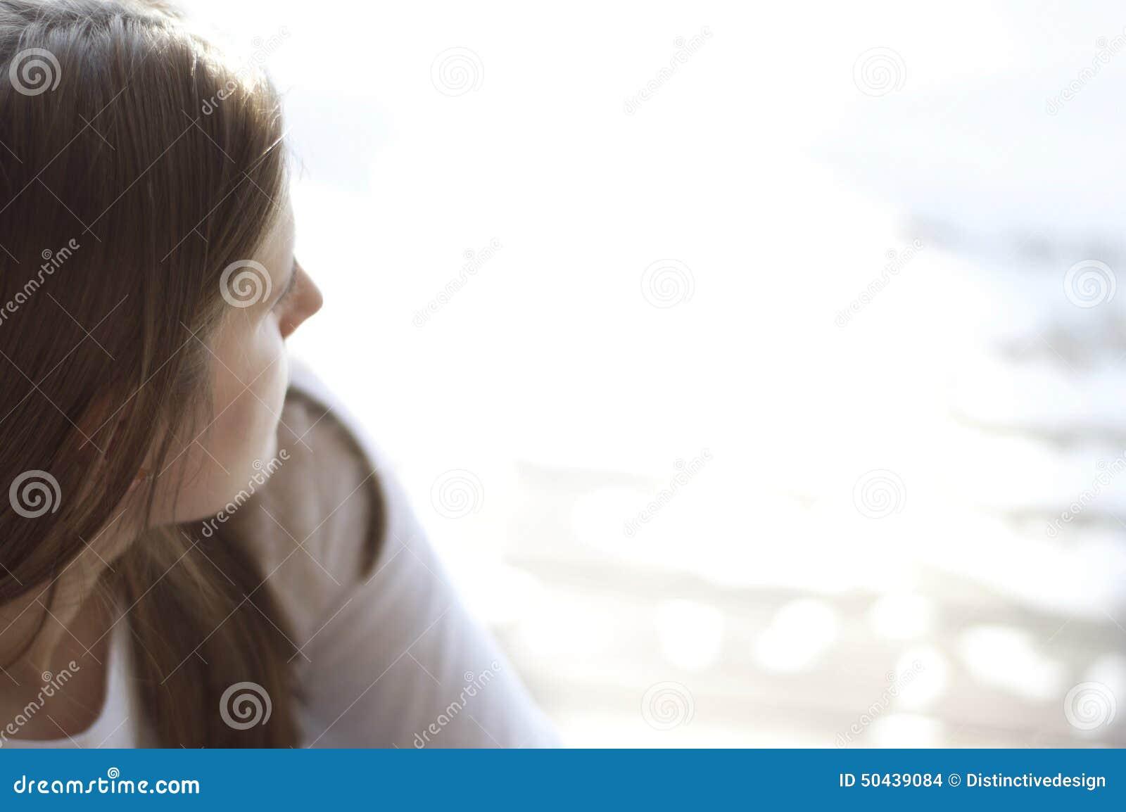 Sluit omhoog mening van een jonge vrouw die uit het water bekijken