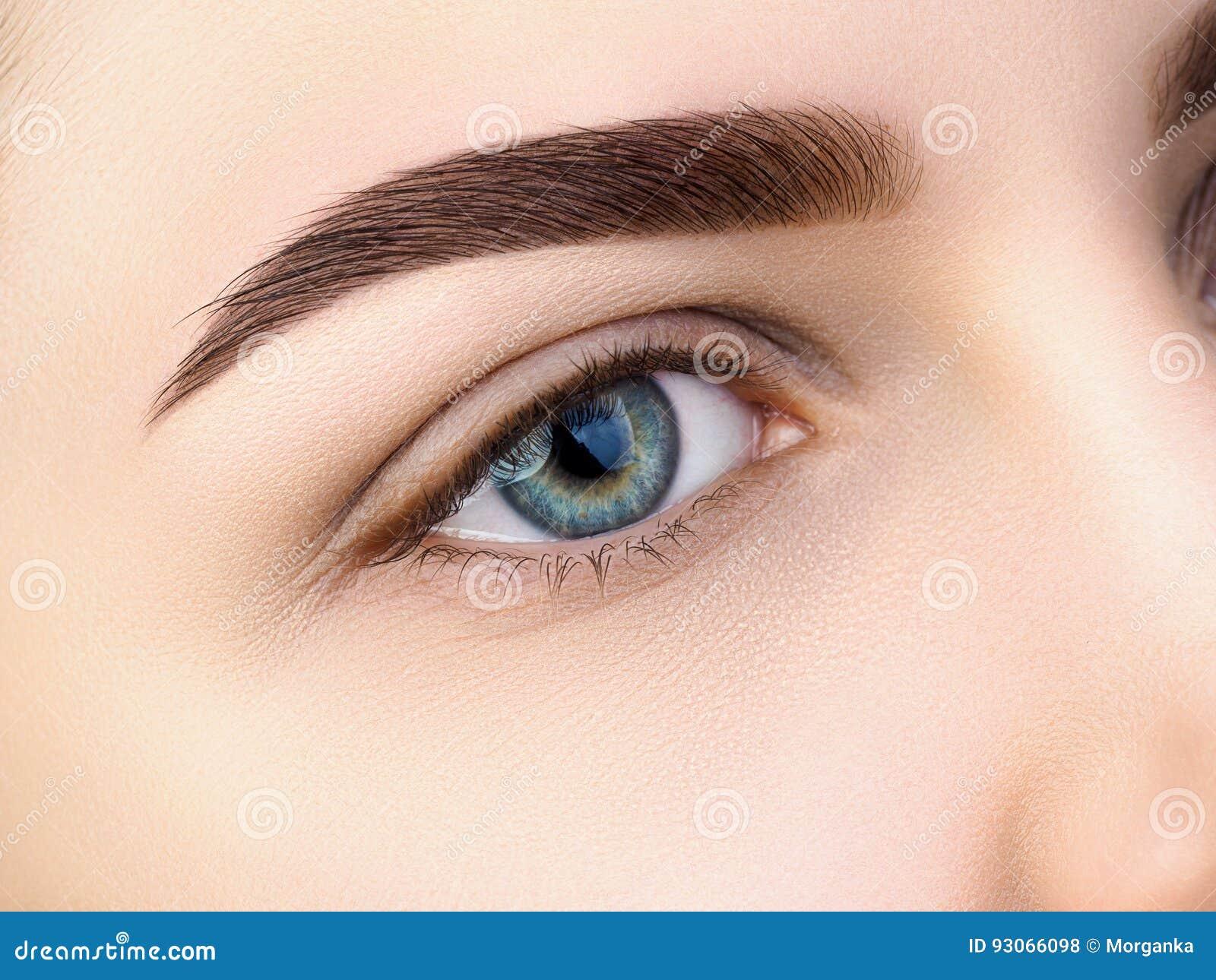 Sluit omhoog mening van mooi blauw vrouwelijk oog