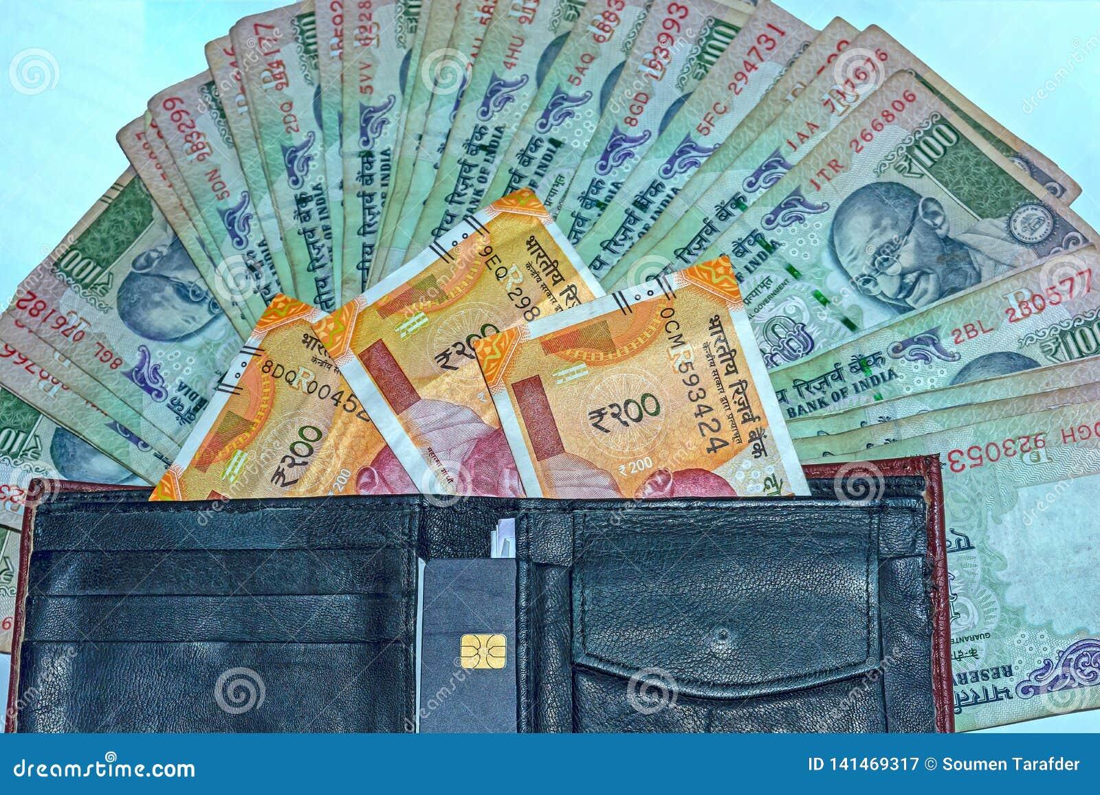 Sluit omhoog mening van portefeuille met 200 Roepies en oude 100 Roepies Indische bankbiljetten op achtergrond