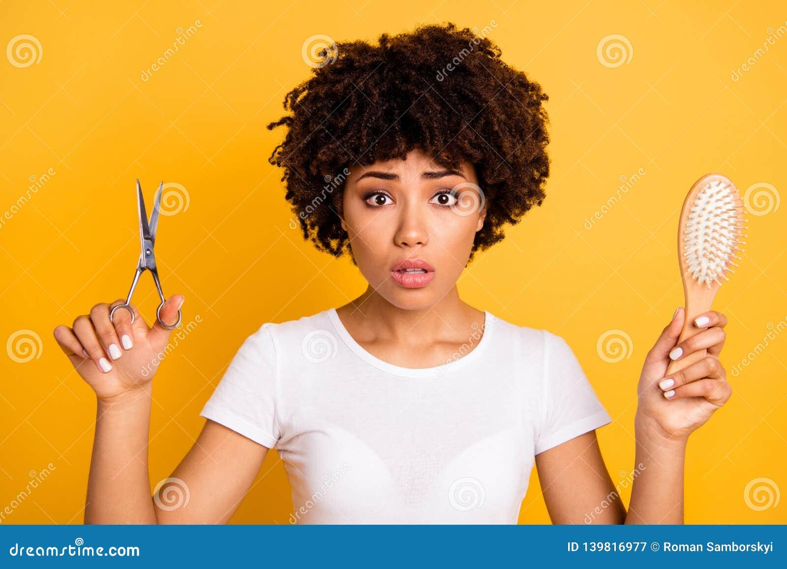 Sluit omhoog mooi foto die zij haar donkere van het de greephaar van de huiddame van de de borstelschaar de handenpros cons.minus