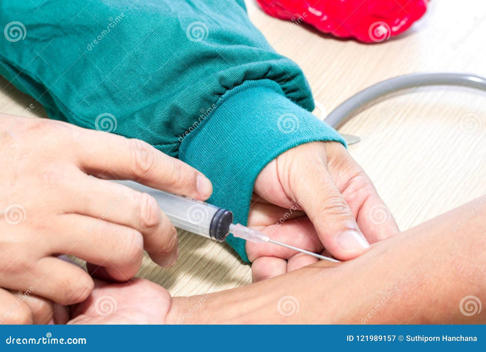 Sluit omhoog Nadruk De hand van arts spuit vaccin aan patiënt in