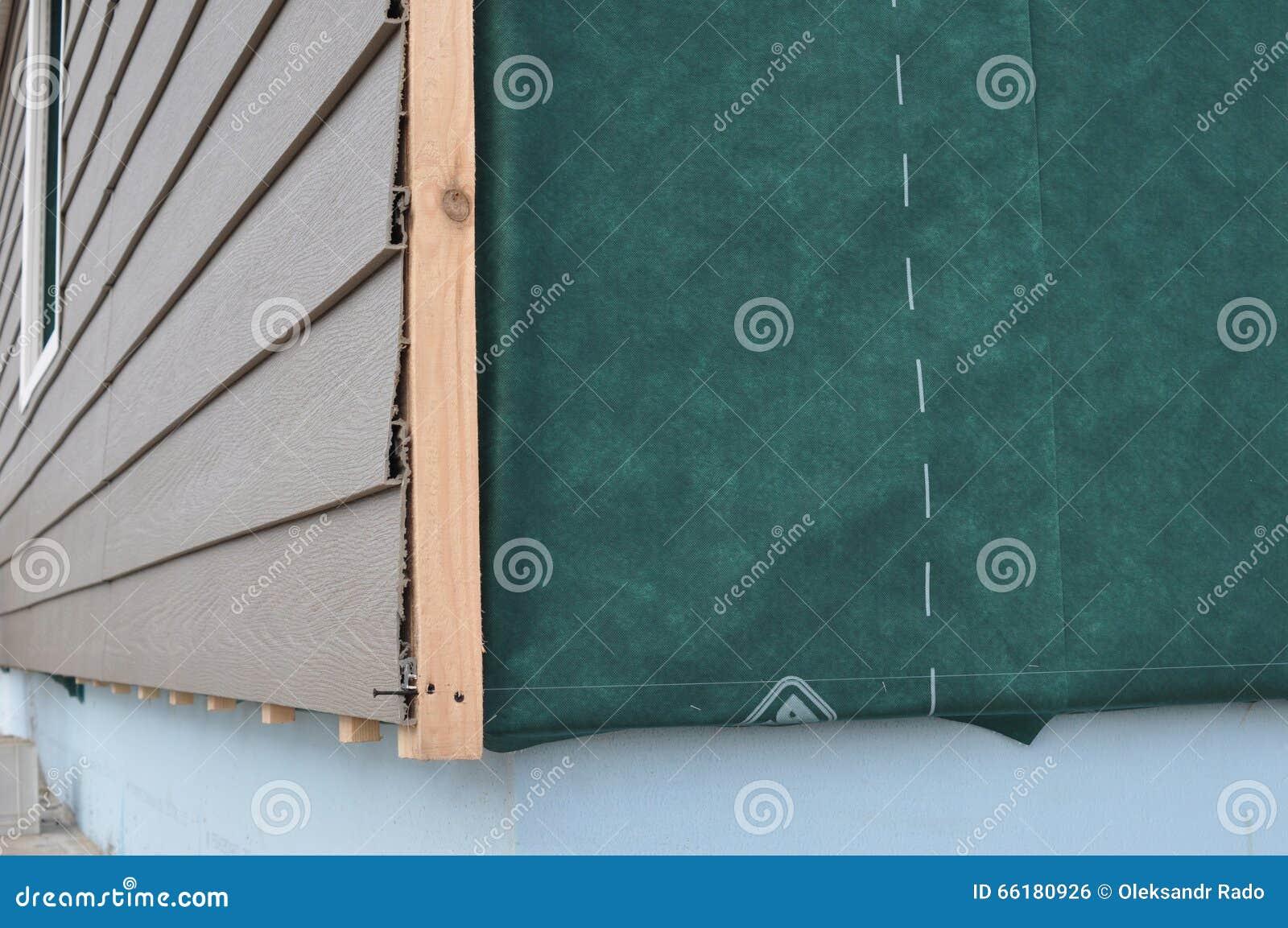 Sluit omhoog op Bouw of reparatie van het landelijke huis, het plastic opruimen, het bevestigen voorgevel, membraan, de muur van