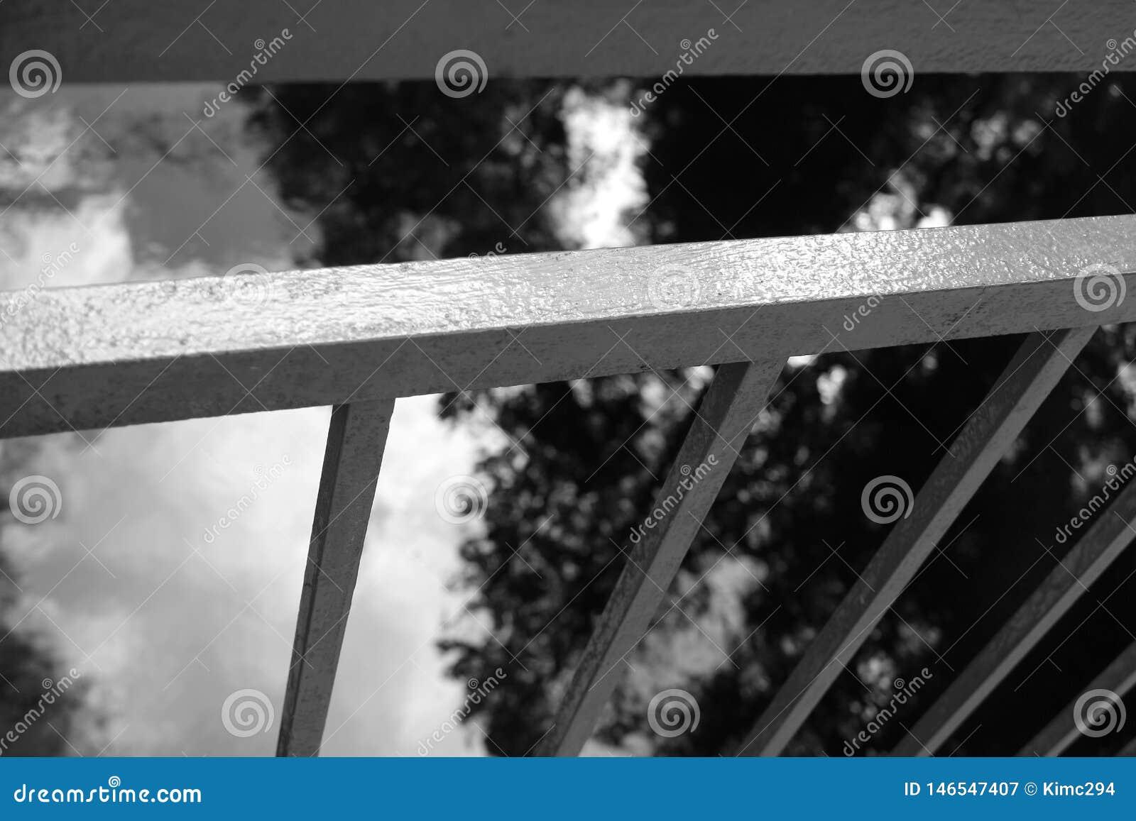 Sluit omhoog op een metaalbrugtraliewerk