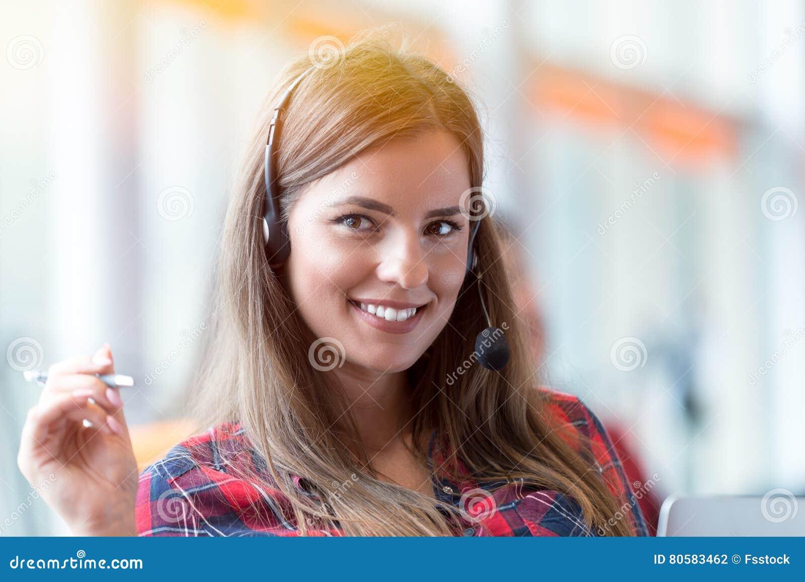 Sluit omhoog plan van een glimlachende onderneemster in een call centre
