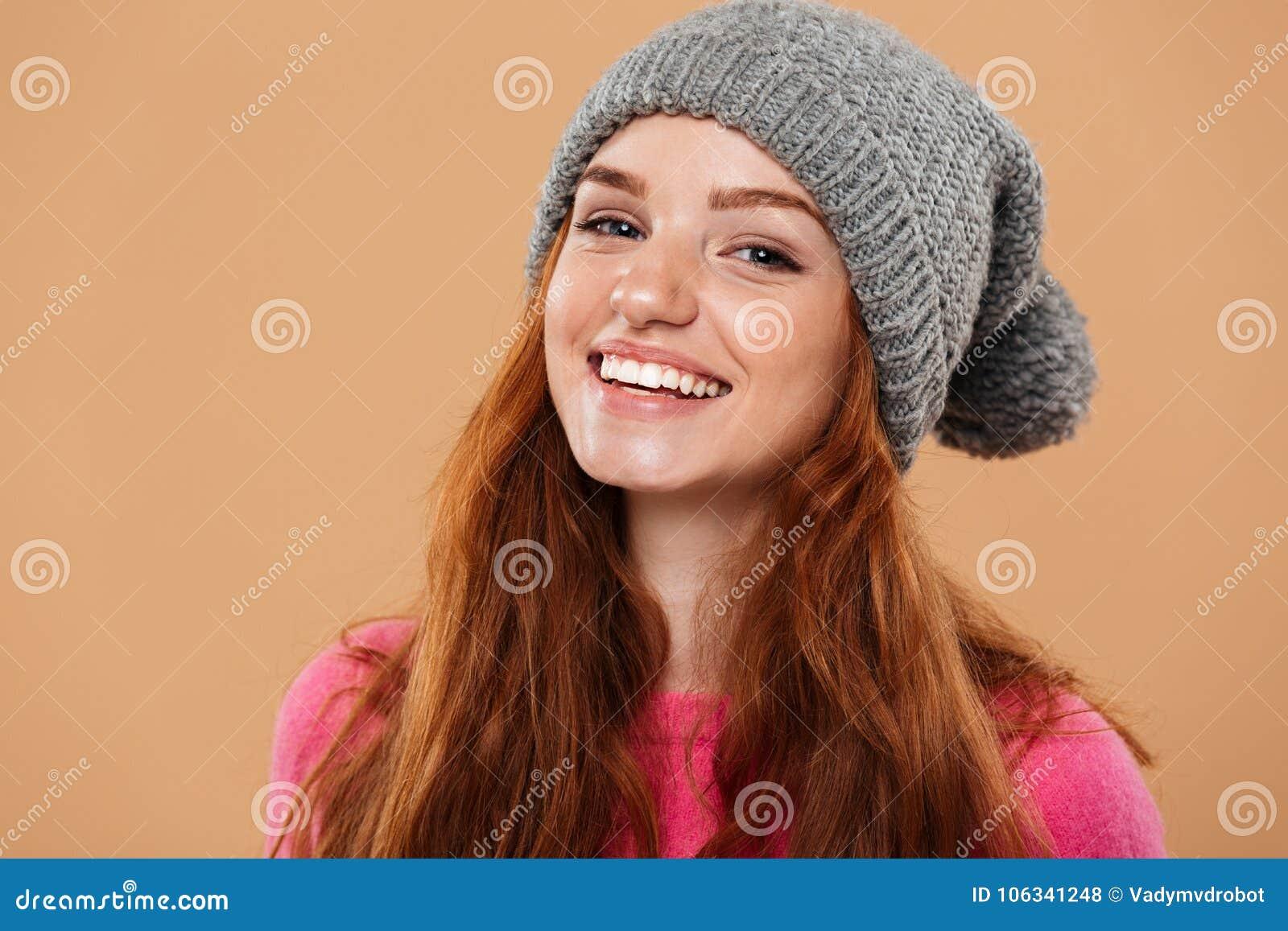 Sluit omhoog portret van een blij mooi roodharigemeisje