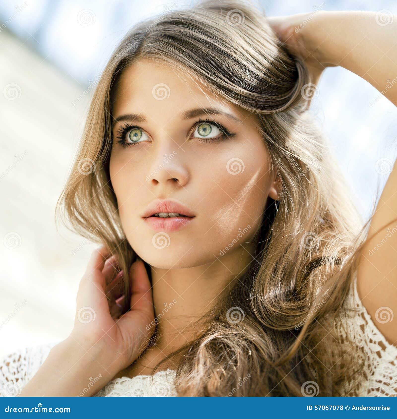 Sluit omhoog portret van een mooi jong meisje