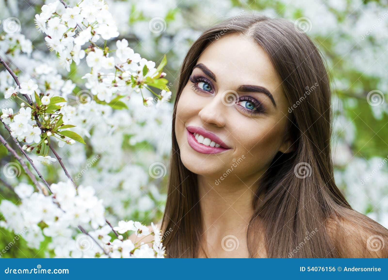 Sluit omhoog portret van een mooi jong meisje op de achtergrond van
