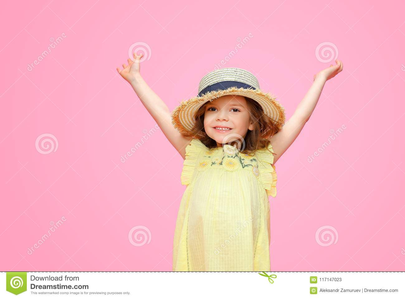 Sluit omhoog portret van een Mooi meisje in gele kleding en strohoed