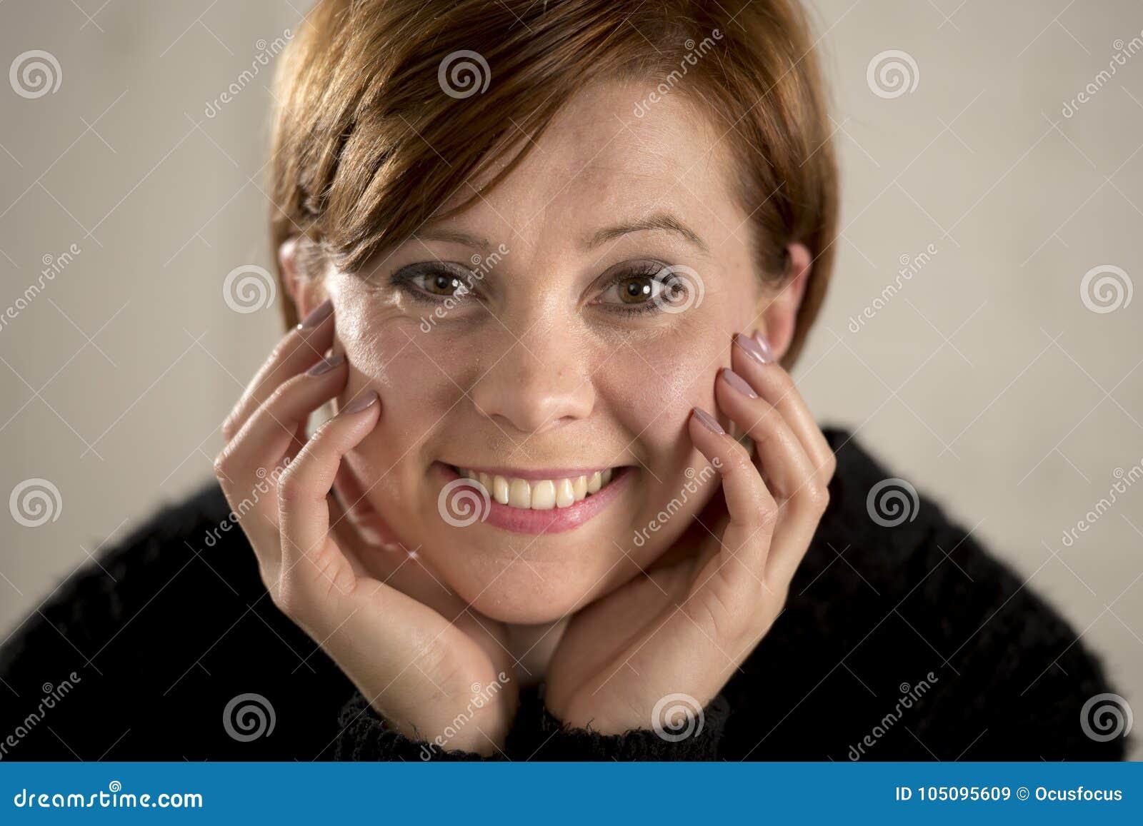 Sluit omhoog portret van het jonge rode haar zoete en mooie Kaukasische vrouw kijken aan de ontspannen camera en het rustige gelu