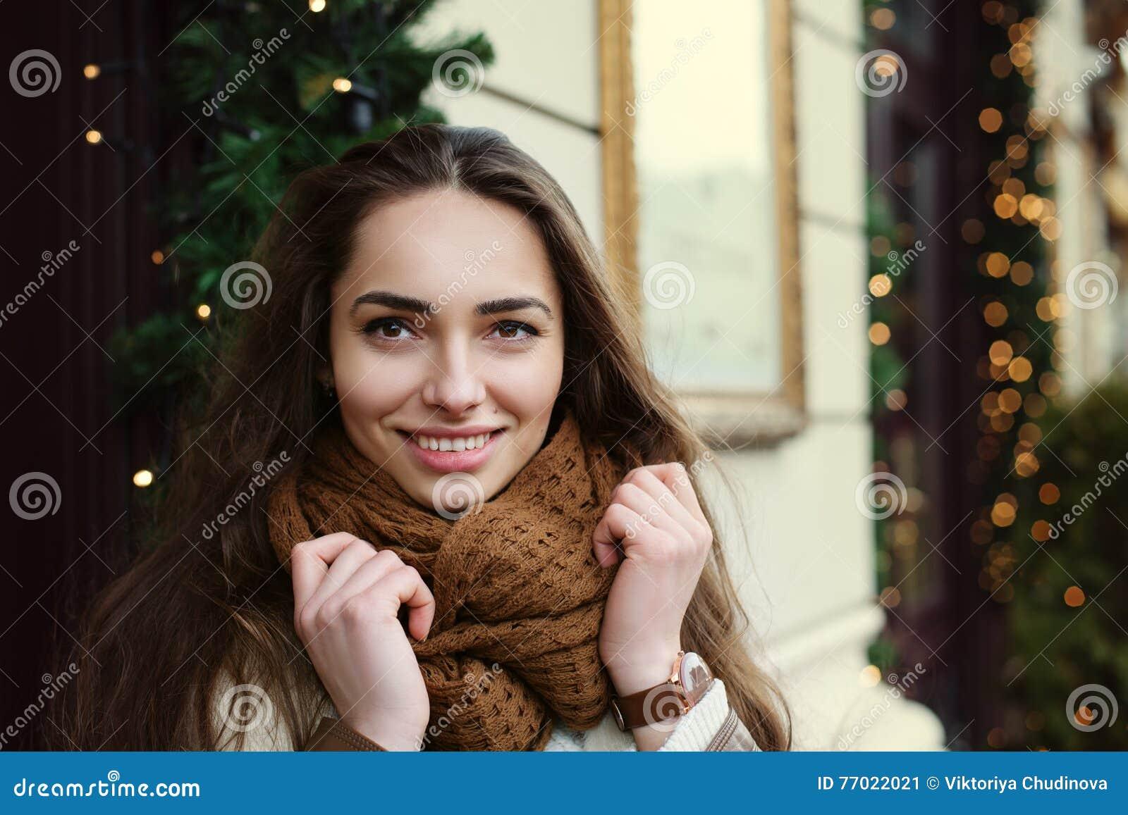 Sluit omhoog portret van jonge mooie modieuze dame die modieuze kleren dragen die op de straat stellen Het model bekijken