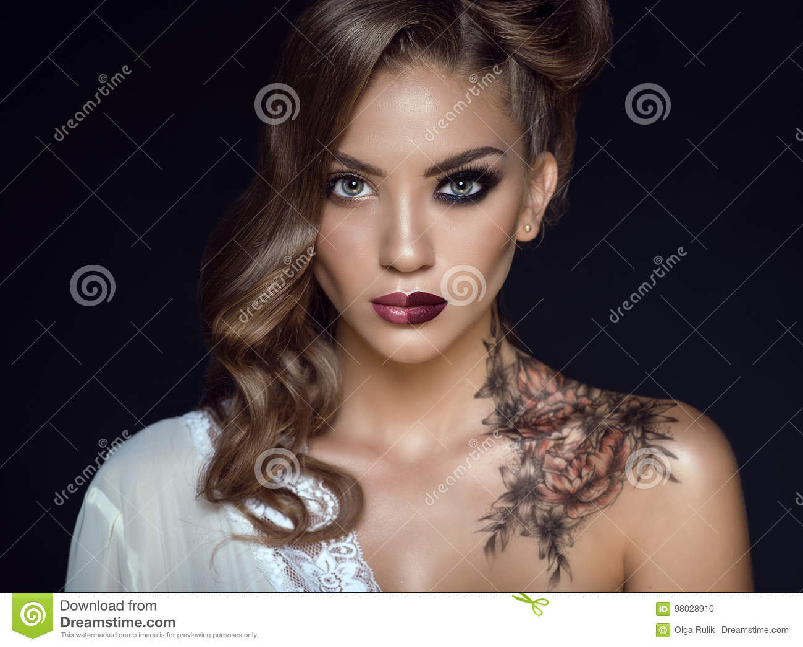 Wonderlijk Sluit Omhoog Portret Van Mooi Model Met Artistiek Maken Omhoog En ZZ-13