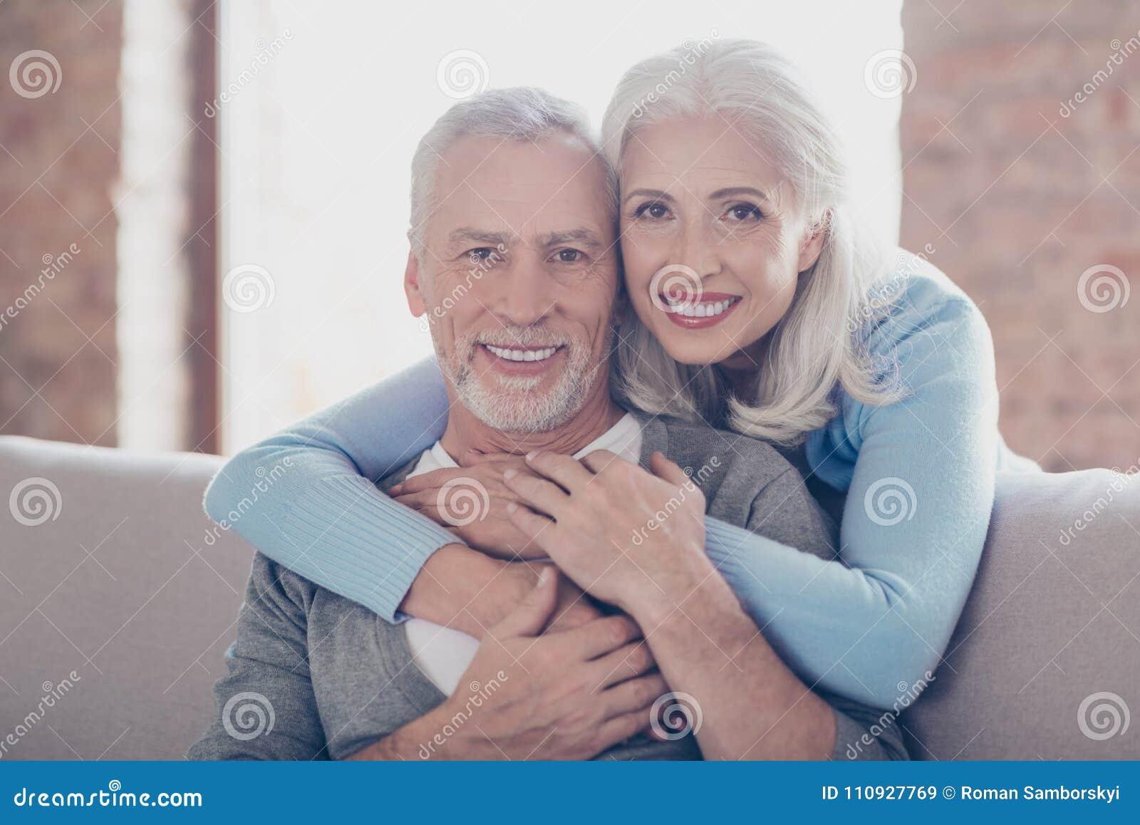 Sluit omhoog portret van twee gelukkige oude gehuwde mensen, zijn zij hugg