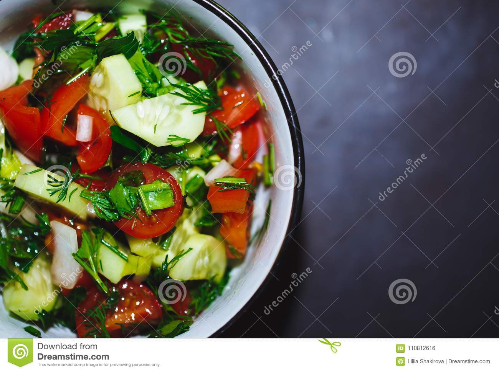 Sluit omhoog salade van verse tomaten en komkommers Gezond voedsel, groenten