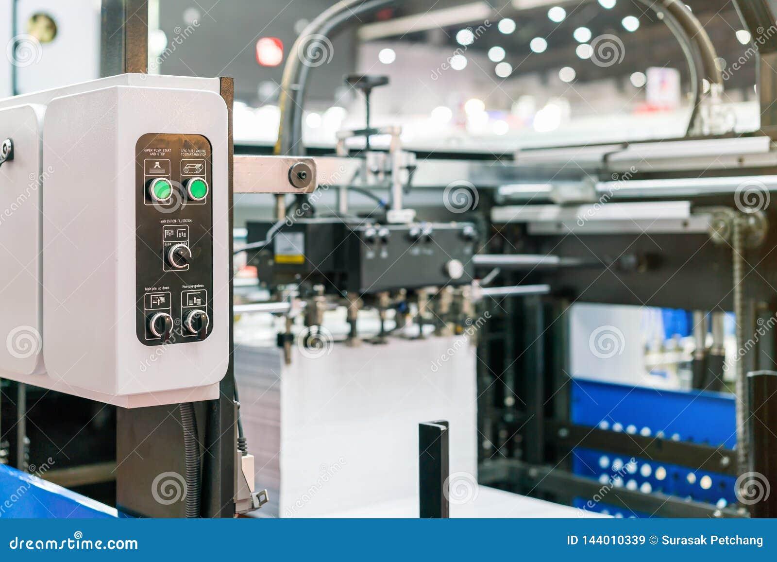 Sluit omhoog schakelaar en drukknop bij controlebord van modern en geavanceerd technisch van automatische publicatie of drukmachi