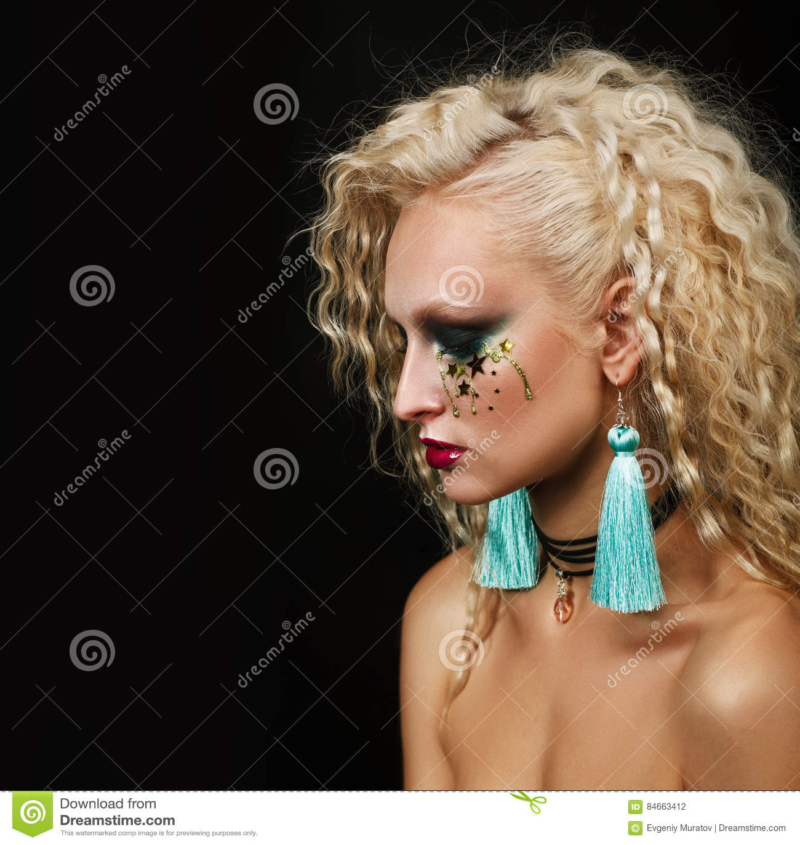 Sluit omhoog schoonheidsportret van jonge vrouw met mooie make-up