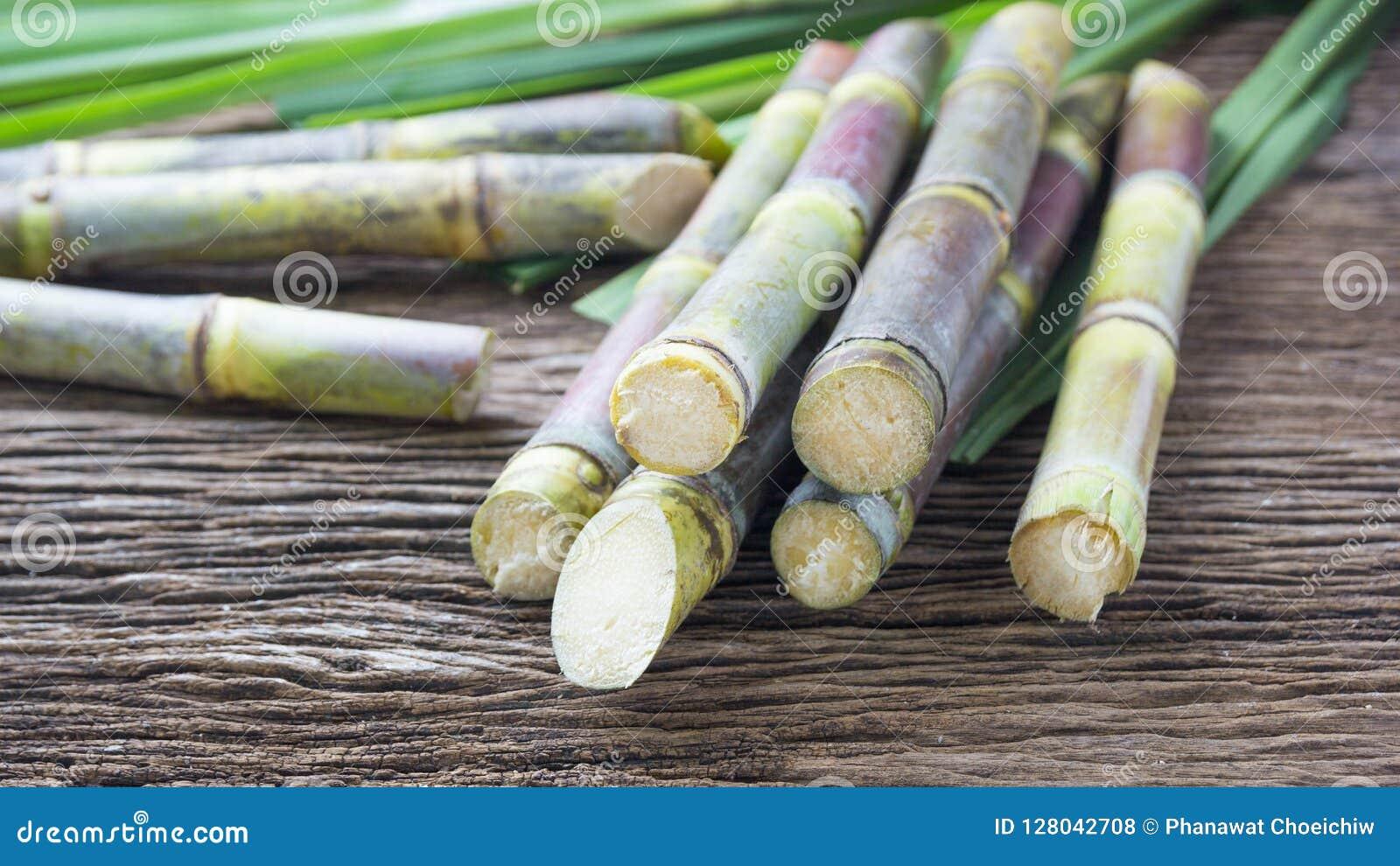 Sluit omhoog suikerriet op houten dichte omhooggaand als achtergrond