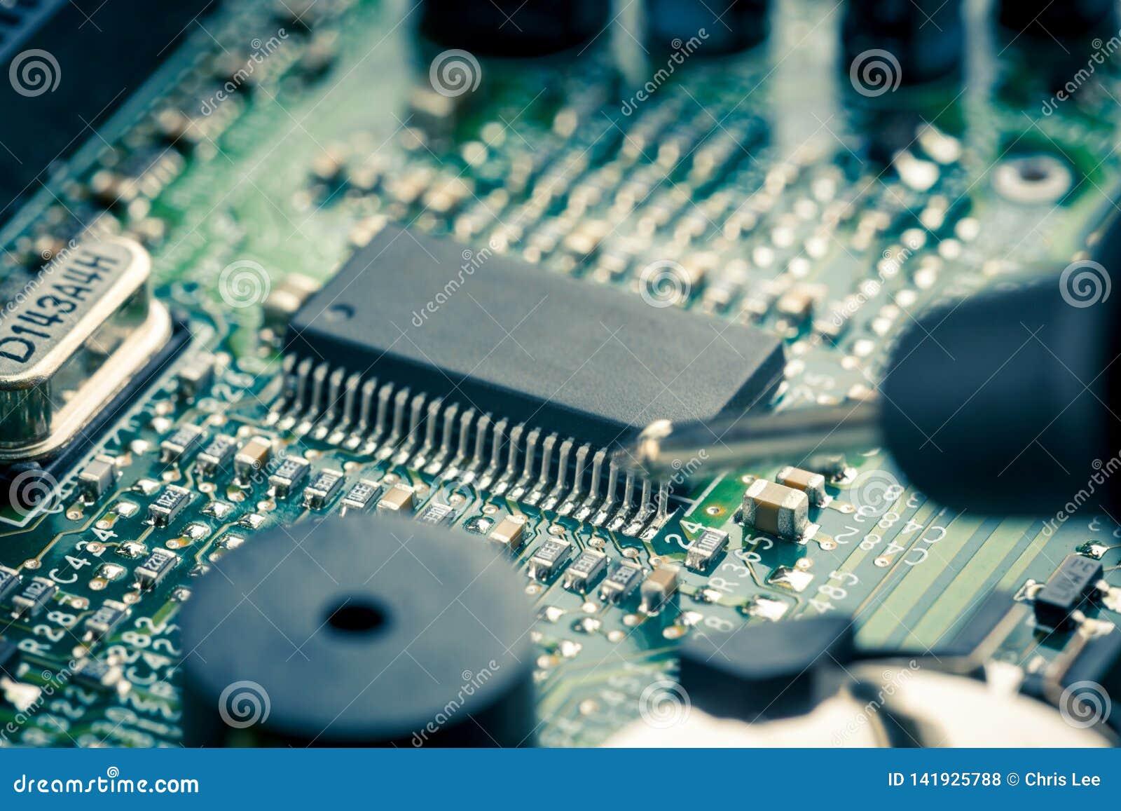 Sluit omhoog - Technicusingenieur die motherboard van de de kringsraad van de multimetercomputer meten