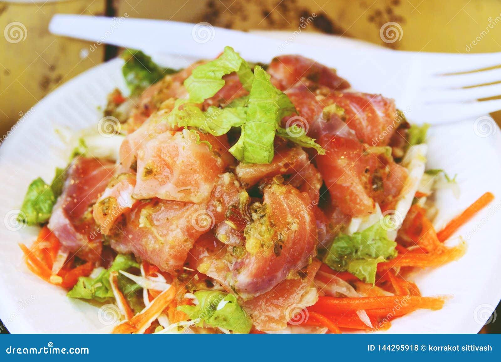 Sluit omhoog Thaise kruidige zalm en plantaardige salade