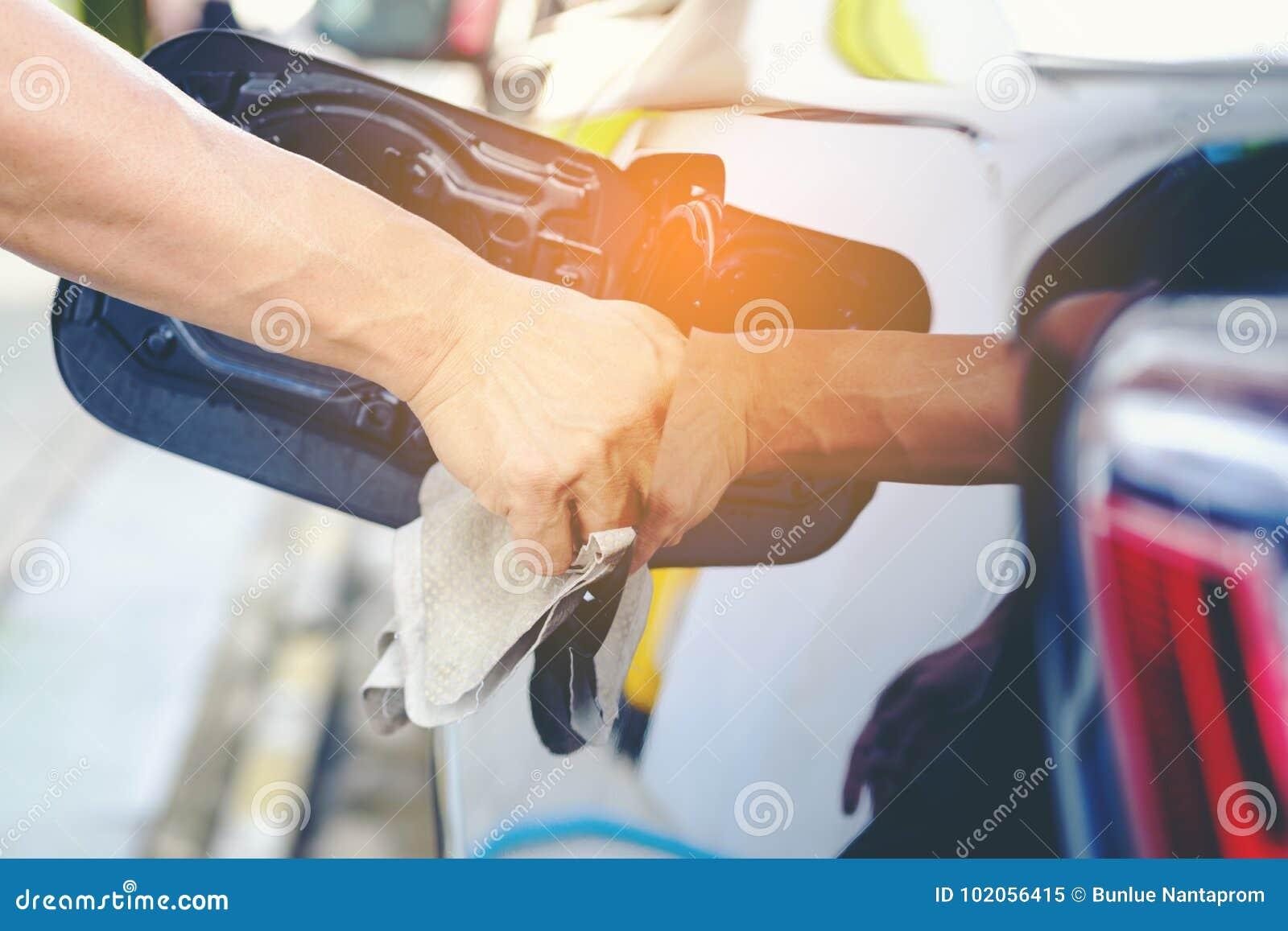 Sluit omhoog van de Auto van de Handwas met Geel Gemzen microfiber slepen