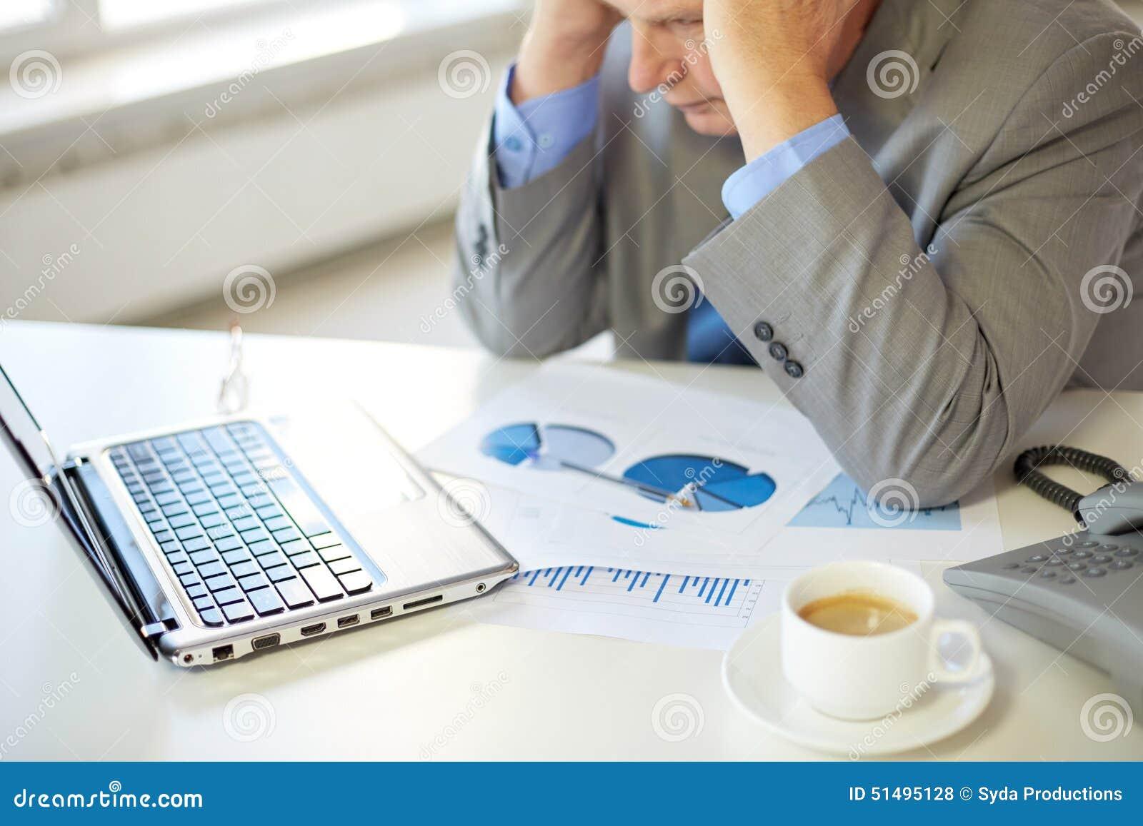 Sluit omhoog van de beklemtoonde oude mens met laptop in bureau