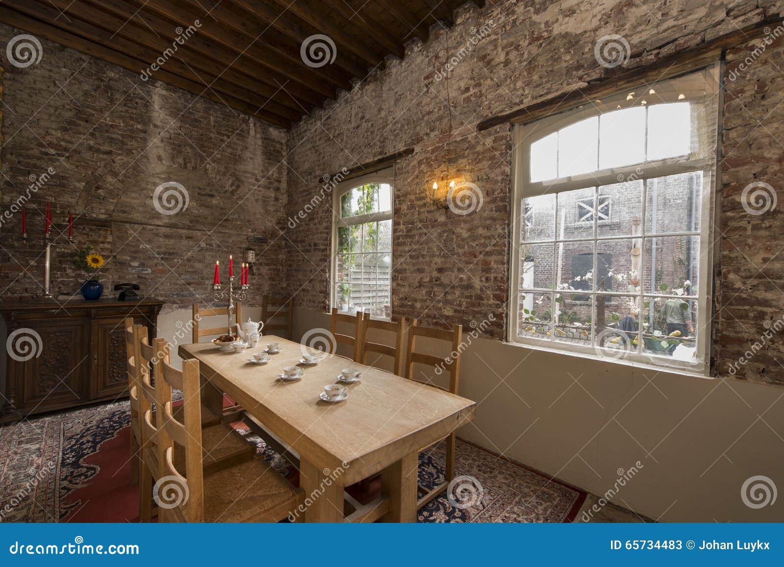 Sluit omhoog van de bijeenkomst met glazen en bestek stock foto afbeelding 65734483 - Eigentijdse eetkamer decoratie ...