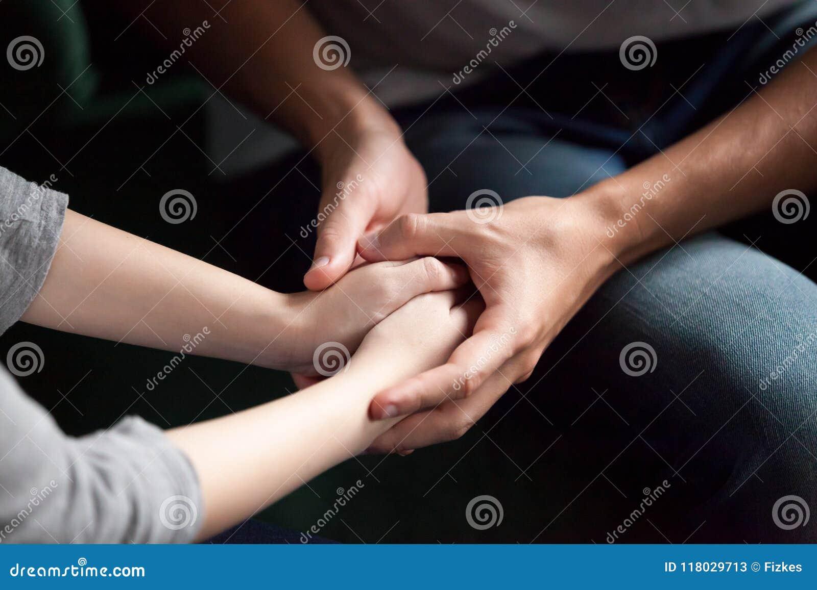 Sluit omhoog van de handen van de paarholding, die psychologische steun c geven
