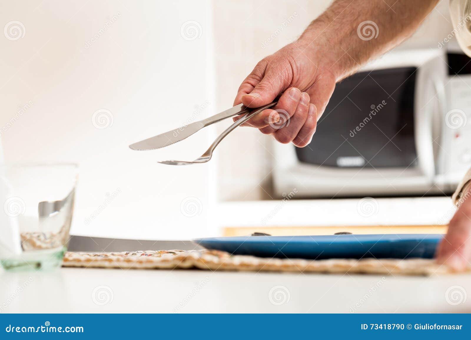 Sluit omhoog van de vork en het mes van de handholding bij lijst stock foto afbeelding 73418790 - Hoek maaltijd ...