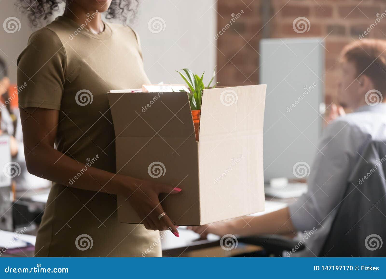 Sluit omhoog van de zwarte doos van de werknemersgreep met bezittingen