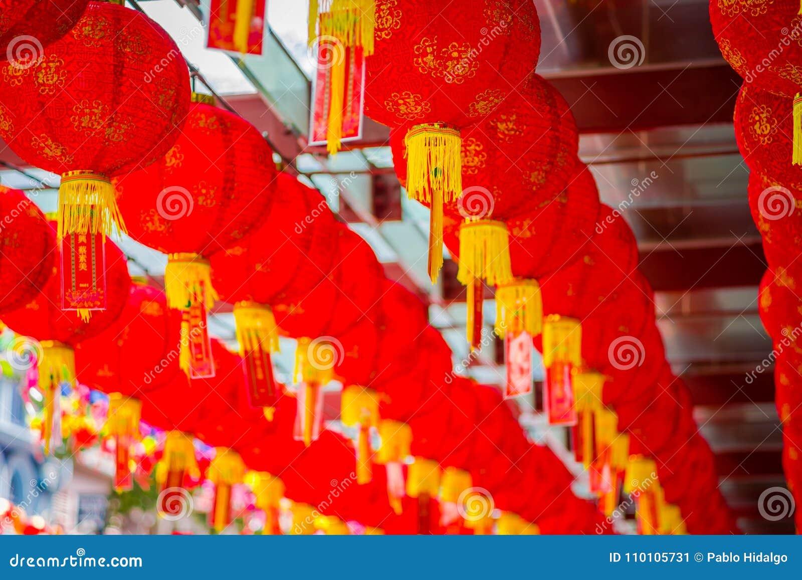 Sluit omhoog van decoratieve die lantaarns rond Chinatown, Singapore worden verspreid Het Nieuwjaar van China ` s Jaar van de Hon
