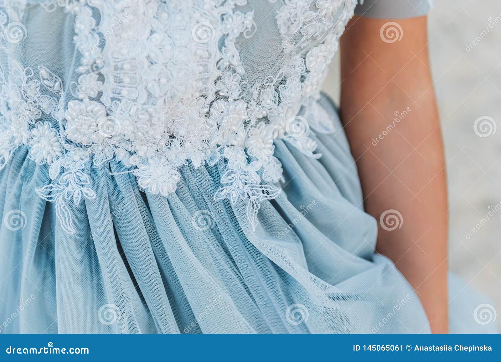 Sluit omhoog van details op een lichtblauwe huwelijkskleding