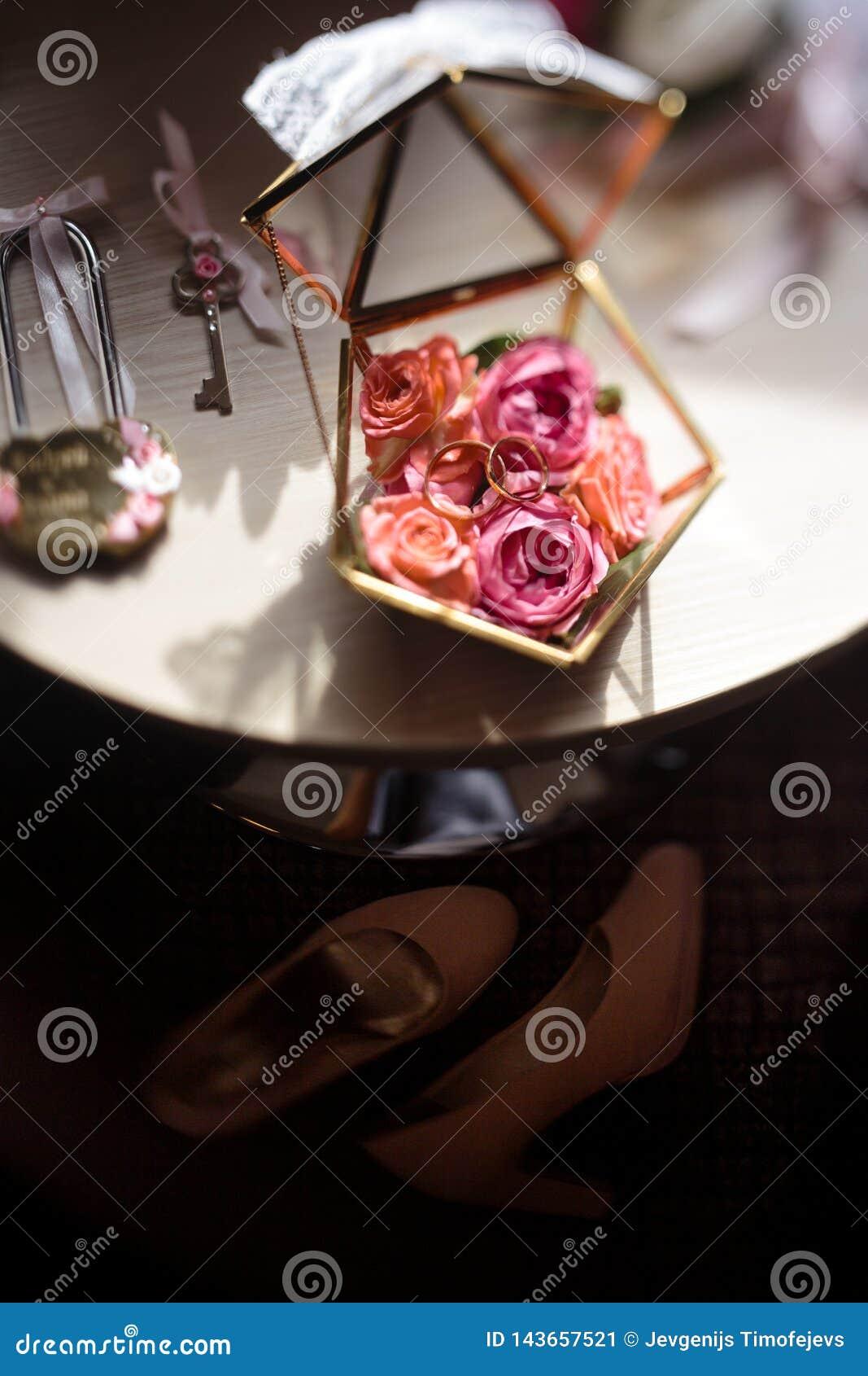 Sluit omhoog van echte bloemendetails bij een huwelijk - Glaskist voor bruids ringen