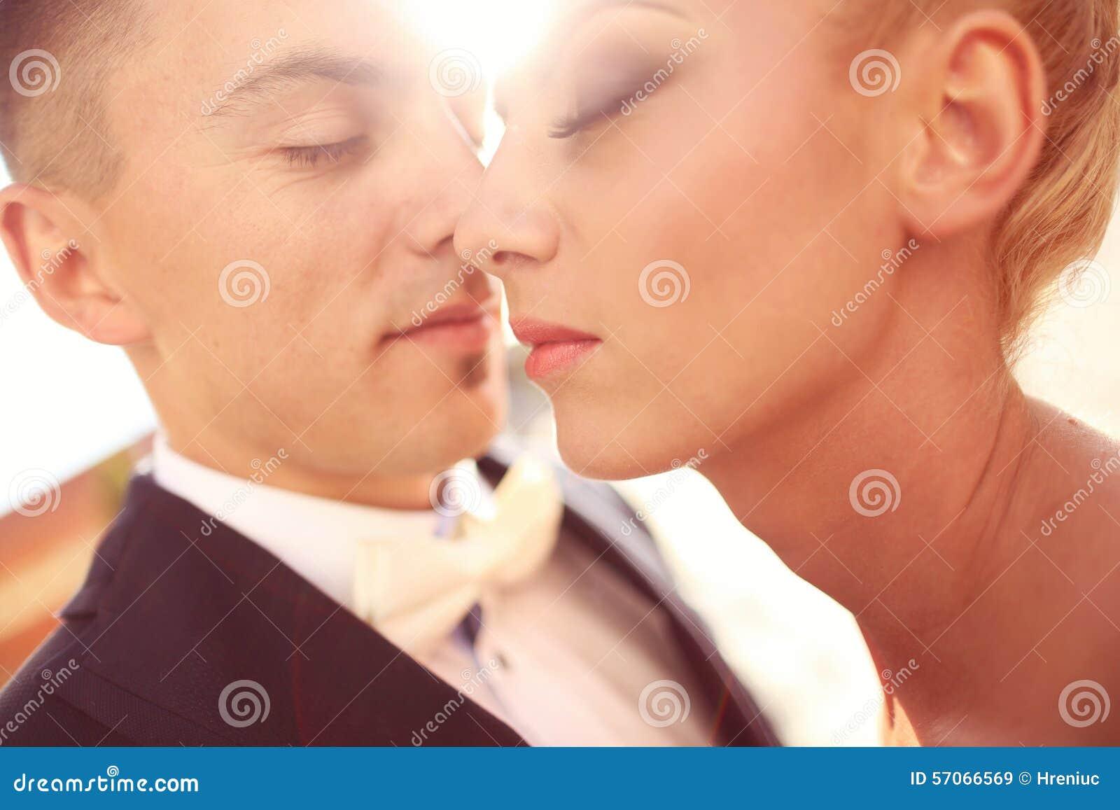 Sluit omhoog van een bruidegom en een bruid