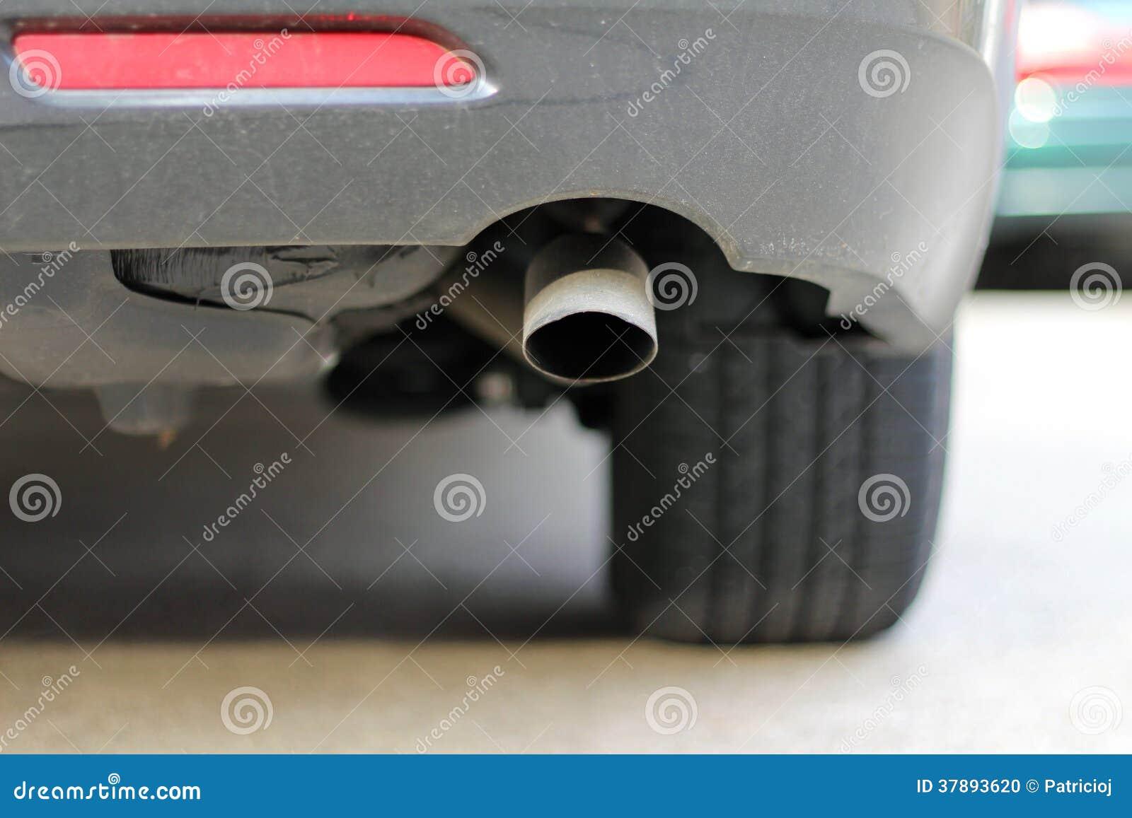 Sluit omhoog van een geluiddemper van de autouitlaat