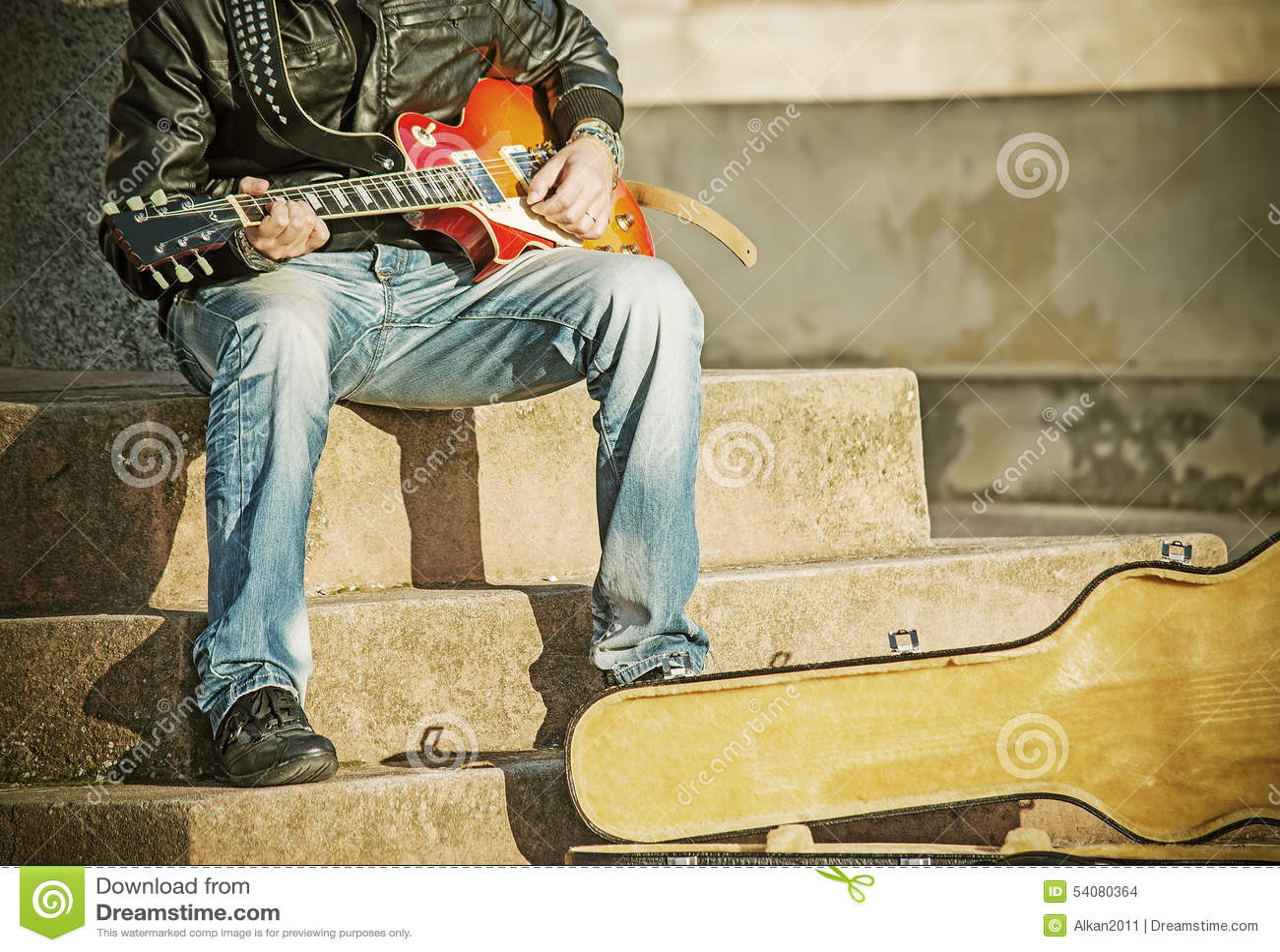Sluit omhoog van een gitaarspeler in uitstekende toon