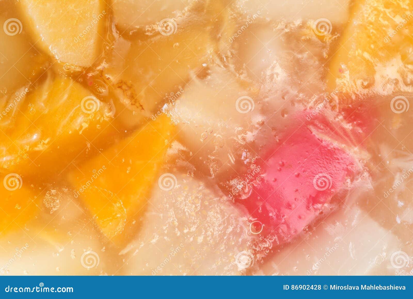 Sluit omhoog van een heerlijke eigengemaakte cake met fruitig geleisuikerglazuur