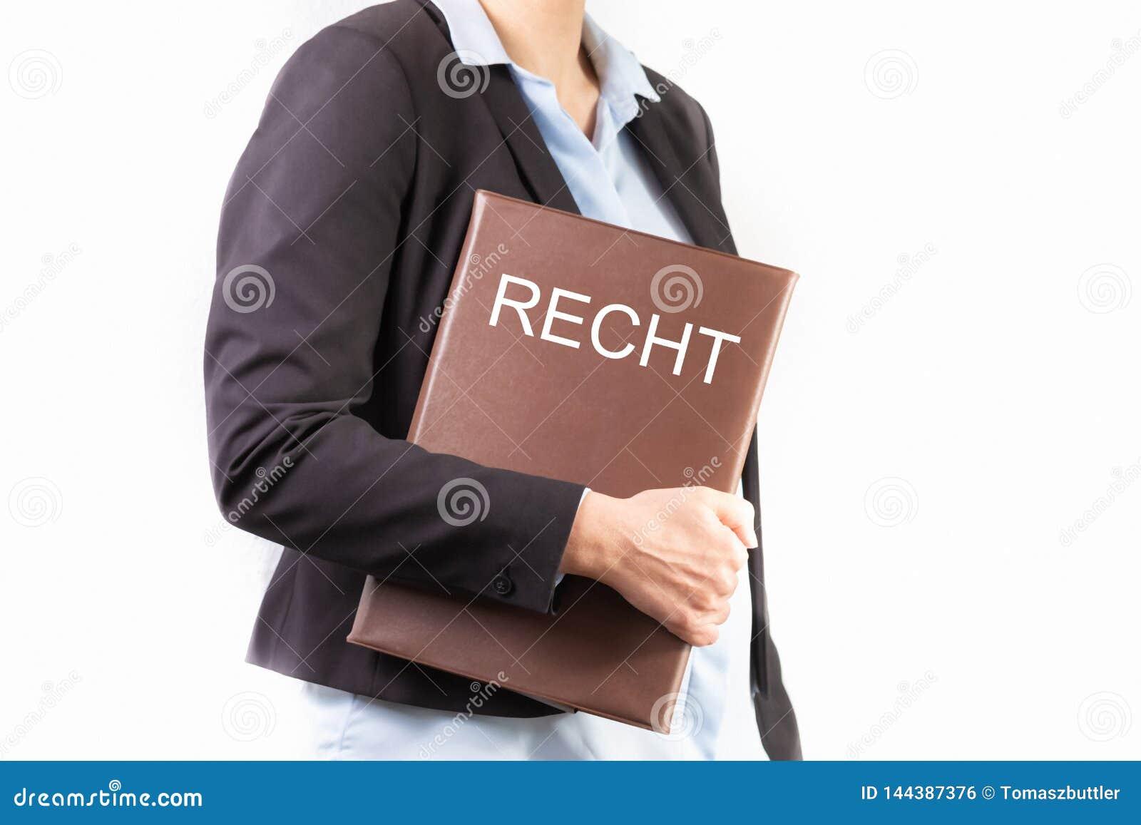 Sluit omhoog van een jonge vrouw die in een pak een dossier met een Duitse tekst houden: WET