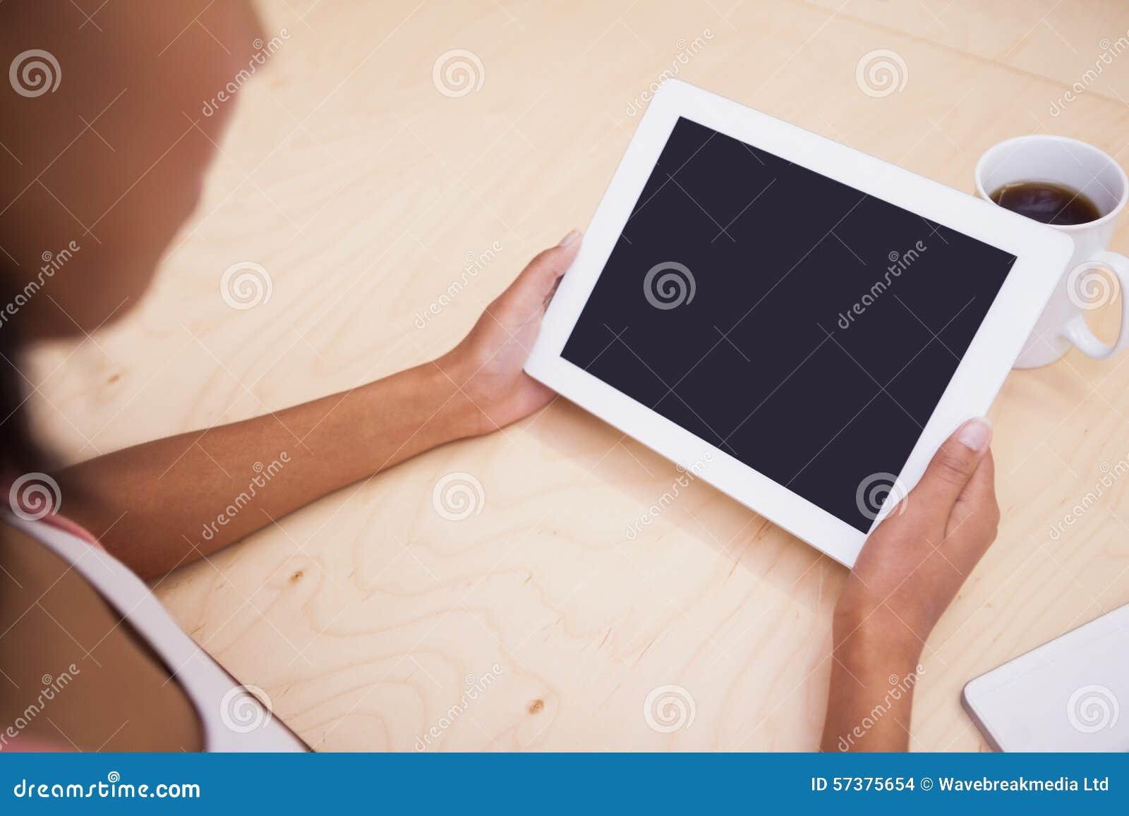 Sluit omhoog van een tabletpc en een mok koffie