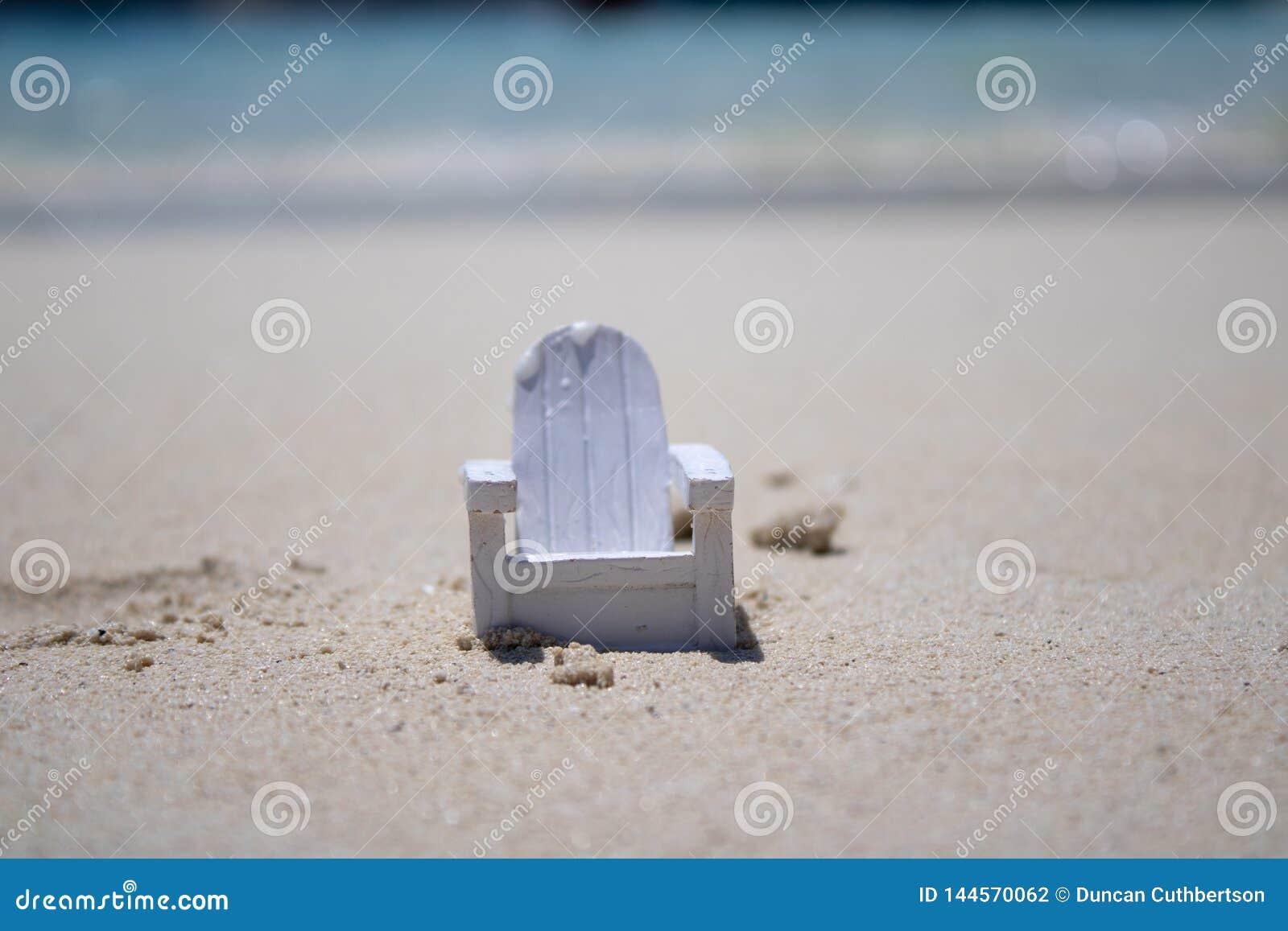 Sluit omhoog van een uiterst kleine stoel op een mooi tropisch strand