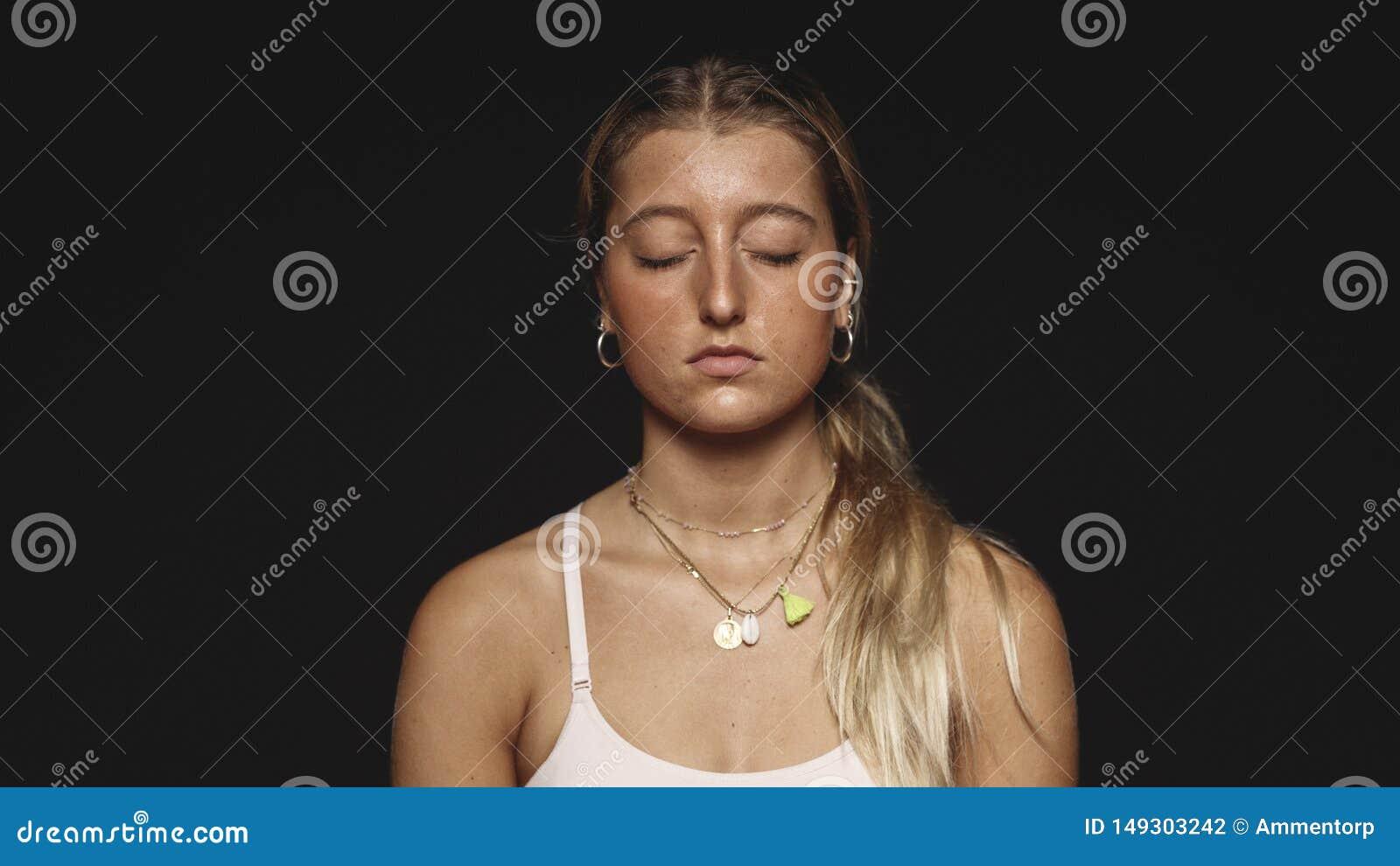 Sluit omhoog van een vrouw met gesloten ogen