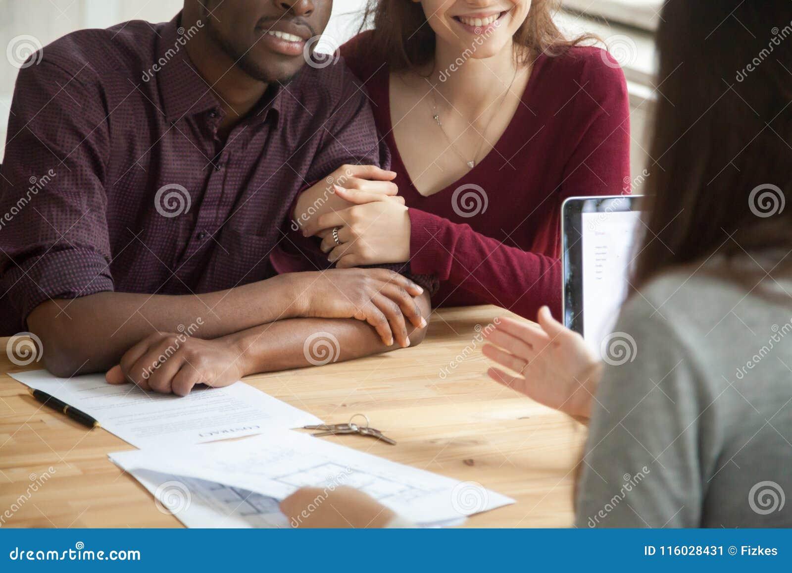 Sluit omhoog van gelukkig multiraciaal paar het kopen huis