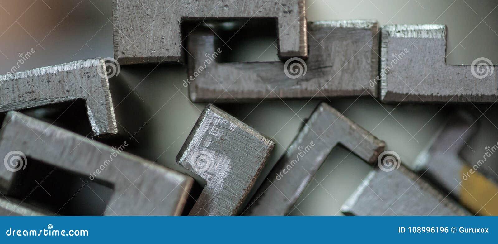 Sluit omhoog van gestapelde metaalplaten